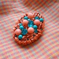 Брошь овальная вышитая бисером, бусинами и стразами. Вкуснейшие оттенки бусин из розового коралла, стекла глубокого бирюзового цвета и страз цвета Blue Zircon (голубой циркон) поднимут настроение в любую погоду. Классическая овальная форма подойдет к любому фасону одежды, а хаотичный дизайн непременно вызовет желание рассмотреть украшение поближе. Размер: 4 х 5,5 см. Цвет: Кораллово-розовый, морской волны. Техника: вышивка бисером, бусинами и стразами по фетру. Материалы: бисер стеклянный, стразы хрустальные Preciosa (Чехия), натуральный коралл, стеклянные бусины (Китай). Рекомендации по уходу: Изделие нужно хранить в защищенном от пыли месте - в шкатулке, ящичке для бижутерии, в тканевом мешочке, в плоском виде, чтобы оно не деформировалось. Избегайте попадания влаги, косметики, духов. Изделие можно чистить с помощью пылесоса (на очень низкой мощности), ватными подушечками, салфеткой для стекла (очков), мягкой кистью, пером, тканью (всем, что приятно Вам на ощупь).