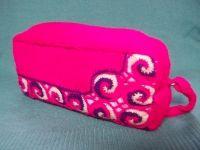 Косметичка связана спицами, отдельные детали выполнены крючком. Косметичка вместительная и замечательно подойдет для женской сумочки.