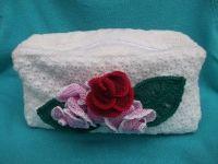 Косметичка связана крючком, декорирована вязаными розами. Эта косметичка, как небольшой сундучок, который можно использовать в поездках.