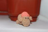 Маленькая, добродушная, солнечная овечка со смешными ушами. Совсем не бодливая! Может быть просто другом, красивой елочной игрушкой или хранительницей ваших ключей или телефона - брелоком. 3,5 см высота, 4,5 см длина. Можно стирать вручную. Акриловая пряжа, хлопок, синтепух, бисер.