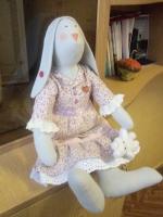 Зайчиха в стиле Тильда. Одета в симпатичное платье з кружавчиками.  Изготовлена полностью вручную.                      Высота 47 см.