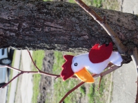 Веселый попугайчик из фетра станет отличным другом вашим детям или брелоком на сумке, рюкзаке.
