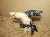 Текстильные котики - обнимашки станут прекрасным подарком для любимой. изготовлены из хлопка, наполнитель - синтепон, мордочки вышиты. Высота игрушки 18см.
