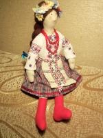 Кукла Украиночка в стиле Тильда изготовлена из натуральных материалов полностью вручную. Вишивка на сорочке выполнена мелким крестиком вручную. Высота куклы 33-35 см, ручки и ножки сгибаются, что дает возможность усадить игрушку в нужное положение.