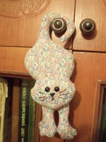Милый котик - хвост крючком. Может служить украшением интерьера, машины, игрушкой детям, Изготовлен из хлопка, наполнитель - синтепон.