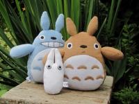 """Тоторо - дух-хранитель леса, родом из Японии. Поклонники аниме-фильмов очень хорошо с ним знакомы. Он известен в мире так же как Винни-Пух. Его милая мордаха не оставляет равнодушным никого, а если он еще и в виде мягкой игрушки из флиса, которую можно тискать, обнимать и класть с собой в кроватку.. :). В наличии игрушка из голубого, белого и нежно-коричневого цвета. Тоторо - это """"смесь"""" нескольких животных: тануки (енотовидной собаки), кошки и совы. Ваш ребенок будет очень рад такому подарку. Размер голбого и коричневого 20см (с ушами 25см), ширина пузика 15см. Размер белого (Тиби Тоторо) 14 см, ширина 7см. Можно стирать в стиральной машине. Материал - флис, наполнитель - холлофайбер.         Цена одного большого - 150грн. Цена за комплект из трех Тоторо (белый, голубой и коричневый) - 350грн.  Цена за белого - 80грн. Срок изготовления - 1 день. Оплата на карту. Вышлю новой почтой в любой город Украины."""