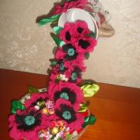 Удивительная композиция с цветами и ягодами в чашке и блюдце. Цветы ручной работы. Цветы: красные маки. Композицию дополняют ягоды и тычинки. Чашка и блюдце керамические отделка джутовым шпагатом. Нежная, красивая, вдохновляющая композиция из цветов ручной работы в чашке. Прекрасное украшение на Вашей кухне, интересный и уникальный подарок ценителю красивых вещей ручной работы.  Высота (приблизительно) 23см. Материалы изготовления: шифон, атлас, х/б нитки, кружево, джутовый шпагат, искусственные ягоды и тычинки, керамическая чашка и блюдце. Работа изготавливается только под заказ. Срок изготовления 5-7 дней. Работа может отличаться от представленных фото, т.к. это авторская ручная работа повторить точную копию не возможно!