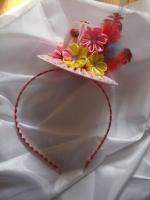 Красивые и нарядные украшения для маленьких леди. Красивые цветы канзаши, смотрятся празднично и могут подойти к любому наряду. Каждый заказ обсуждается индивидуально и выполняется в максимально короткие сроки. Шляпка сделана на обруче, по индивидуальному желанию можно сделать под заколку крокодил. Размер 10 х 5,5(В)см.