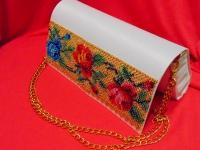 Клатч  из атлас-катона белого цвета вышитый чешским бисером.