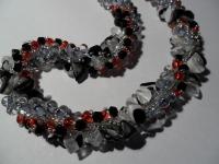 Украшение выполнено в технике турецкий жгут.Использован скол натурального камня,чешский бисер,бусины лабрадорита,секлянные бусинки.Ожерелье выполнено в классической цветовой гамме,поэтому прекрасно дополнит любой Ваш наряд.На шее смотрится дорого и изысканно.