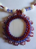 Необычное ожерелье с крупным вышитым кулоном.Использованы бусины перламутра,хрустальные бусины,чешский бисер.Есть цепочка-удлинитель.Сочные насыщенные цвета привлекут внимание к Вашему летнему наряду.