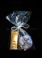 """Исполнение возможно в черном, белом, молочном шоколаде и в их сочетании.  Возможно добавление начинки на ваш выбор Срок годности: 7 месяцев Условия хранения: хранить при температуре 18±3°C и влажности воздуха не более 75% Подарочный набор (вы можете выбрать любое сочетание в подарочный набор) Шоколад """"Коты Инь-Ян"""" Вес 100 грамм + Шоколад """"Золотой слиток"""" Цвет - золотой  Вес 100 грамм. Цена 177 гривен."""