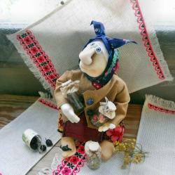 Милая бабулька-знахарка))) знает толк в сборах душистых и полезных трав. Оберег здоровья!