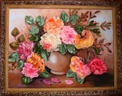 В этой вышивке использованы атласные ленты разной ширины и оттенков, что создаёт необычный переход цвета роз. Я думаю, что мама или крёстная да и любая женщина, получик такую картину в подарок, найдёт ей особое место в коллекции своих любимых вещей. А ещё это необычный подарок на свадьбу!!!.......