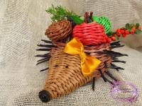 Симпатичный ёжик хочет поселится у вас в доме.Плетённые яблочки и грибы идут в комплекте.