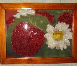 Картина из бисера - Клубничный букет с деревянной рамкой, 60грн