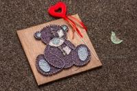 Авторські картини ручної роботи, легко прикрасять вашу кімнату, чи кімнату вашого малюка. Вони додадуть затишку та тепла, а також будуть до душі колекціонерам. Ведмедик Тедді - іграшка з багатою історією. Порадуйте своїх близьких теплим і милим подарунком до Новорічних свят.