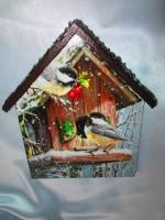 Ключница -домик ′Птички-невелички. Зима ′, настенная вешалка в прихожую, детскую. Приятно заходить в квартиру, сияющую чистотой и порядком, в которой каждому будет удобно и уютно. Где каждая вещь имеет свое место. А если это место еще и красиво оформленное, с любовью к дому и хорошим вкусом, в соответствии с общим дизайном квартиры – оно станет предметом гордости хозяев и восхищения гостей. Ключница-домик ′Птички-невелички. Зима′ с крючками может стать такой вещью. Размер 150 х 200 мм. ′Крыша′ домика выполнена объемной, напоминает черепицу. Работа покрыта тремя слоями акрилового лака на водной основе Все материалы не токсичны.  Насколько необходим под рукой такой предмет знают все, кто хоть раз искал ключи в спешке, перед выходом из дома. Этот предмет также можно использовать как вешалку в детской комнате…