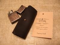 Шкіряна ключниця для коротких ключів. Якісна шкіра ′Крейзі Хорс′, виключно ручна робота.  Розмір: закрита - 5 х 11 см; відкрита - 15 х 11 см  Колір: коричневий (можливі кольори: коричневий, оливковий, коньячний)