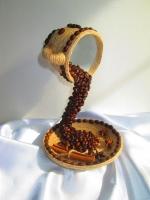 Кофейная чашка летящая, парящая чашка с зернами кофе