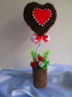 """Топиарий - валентинка """"Для тебя"""", кофейное деревце в форме сердца. Кофейным деревцем, наверное, уже никого не удивишь. Но топиарий в форме сердца смотрится очень символично! Оригинальный подарок на все случаи жизни или просто как сувенир ручной работы. Топиарий украшен кофе, атласными розами, бусинами, атласными лентами и травкой. Красивый элемент украшения в офис, для рабочего стола или домашнего интерьера. Высота топиария 33 см, размер сердечка 13х13см."""
