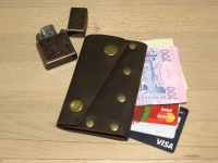 """Компактний шкіряний гаманець. Оригінальний дизайн, простий у використанні. Легко покласти його в кишеню джинсів. Високоякісна шкіра """"Crazy Horse"""" гарантує довгі роки використання. Цей гаманець буде чудовим подарунком для всіх, хто цінує якість та стиль.  Не будь у """"тренді""""... Просто """"BeCool""""  ----- Застібка: 2 кнопки Ви можете покласти до 6 кредитних карток + готівку Вміщується у кишеню джинсів Повністю ручна робота Якісна шкіра """"Crazy Horse""""  ----- Розмір 7,5 см х 11 см  ----- Колір Коричневий (можливі кольори: коричневий, оливковий, коньячний)"""