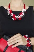 Комплект ′Червоне, чорне та біле′ виконане із трьох кольорів полімерної глини Cernit та складається із намиста та браслета. Серединки кожної квіточки намиста та браслета доповненні червоними скляними намистинками. Довжина намиста 30 см. та 2,5 см. продовжувач, довжина браслета 16,5 см. та 2,5 см. продовжувач. Намисто та браслет можна купляти окремо. Вартість намиста 330 грн. Вартість браслета 180 грн.  Намисто та браслет можуть бути виконані в потрібному Вам кольорі та розмірі.