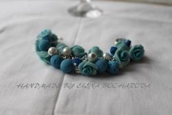 прекрасный подарок ручной работы, нежные, голубые розы в сочетании с бусинами выполненными в соляной технике и жемчугом, превосходно дополняют друг-друга. браслет, лепка из полимерной глины с жемчужными бусинами, длинна 20 см. серьги, диаметр букета 3 см., длинна 7 см.