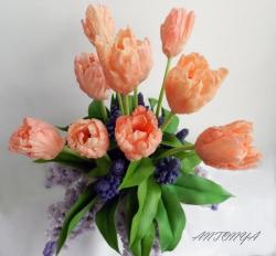 Композиция«Попугайные тюльпаны с ветками сирени»