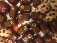 """Конфеты ручной работы """"Ассорти шоколадное"""" (пралине из грецкого ореха, топленое молоко, коньяк) из шоколада высокого качества. Конфеты не содержат заменителей какао - продуктов и других  вредных ингредиентов. Изготавливаю на заказ - это гарантия свежести. Коробка весом  -200,00 гр, - 200,00 гр,  при заказе 0,5 кг, 1 кг.- скидка. Отличный подарок для сладкоежек и ценителей шоколада!"""