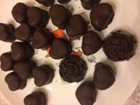 Марципановые сердечки в шоколаде (темном, горьком, молочном). Конфеты состоят только из натуральных продуктов и шоколада высокого качества! Подарочная коробка с окошком весом 200 гр -200,00 гр,  0,5 кг. - 450,00 гр., 1 кг - 800,00 гр. Изготавливаю только на заказ - это гарантия свежести. Срок изготовления 1- 2 дня. Порадуйте своих близких! Отличный подарок для сладкоежек, ценителей шоколада и марципана!