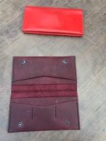 Кошелек - любимый женский аксессуар, это визитная карточка своей хозяйки. Простой на вид, кошелек для элегантных женщин выглядит дорого и статусно,  благодаря качеству материала и ручной работе. 100% натуральная кожа, 100% ручная работа. Ручная работа. Все отсеки кошелька прошиты. Модель очень удобная, прекрасно держит форму, имеет отделения для купюр и пластиковых карт. Возможны в разных цветах ( шоколад, коньяк, темно-синий)  Срок выполнения заказа 2-4 дня. При заказе от 800 грн. доставка бесплатная.