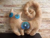 Кот с Мандалой Успеха - авторская интерьерная инрушка-подушка. Поможет настроиться на позитив,сгармонизировать внутреннее и внешнее пространство. Размер: 37см * 41см Пропитан натуральным кофе, имеет легкий кофейный аромат.