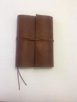Софт-буки — это дизайнерские кожаные блокноты в мягкой обложке. Каждый элемент этих блокнотов придуман с особым вниманием к деталям — для творческих разработок, записей сокровенных мыслей, создания эскизов и делового планирования. 100% ручная работа. Вы можете выбрать любую кожу из наличия для этого блокнота. ( черный, синий, шоколад, коньяк ) - 100% натуральная кожа Crazy Horse Состоит блокнот из 120 листков (2 сменных блока по 60 листов) гладкой офсетной бумаги отличного качества. Цветность бумаги можно выбрать: белая, слоновой кости или из экологической крафт- бумаги натурального бурого цвета. Формат А5 Возможный формат: А4, А5, А6, longer-21/12см. Цена зависит от формата. Для заказа выберите один из вариантов: по телефону, по Вайбер/Телеграм или через интернет-магазин. После поступления Вашей заявки Вами вяжется наш специалист. Выполнение заказа 2-4 дня  Важно! После заказа всегда более подробно уточняйте комплектацию и технические характеристики выбранной модели.