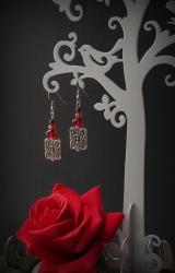 """Эффектные красные серьги """"Сердце розы"""" с привлекательными прямоугольными бусинами, украшенными точечным орнаментом покорят ваше сердце навсегда. Серьги универсальны и могут дополнить как вечерний, так и повседневный наряд. Подойдут для ярких и страстных девушек. Материалы: стекло, металлическая фурнитура, посеребренная фурнитура"""