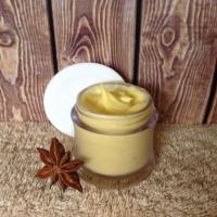 Крем ночной питательный и увлажняющий для сухой кожи. Рекомендуемый возраст 25+ Упаковка: флакон-дозатор 30мл./50мл. (80грн./125грн.) Способствует восстановлению кожного покрова, увлажняет, питает сухую и обезвоженную кожу, устраняет шелушения и раздражения. Натуральные масла, растительные экстракты и активные компоненты, входящие в рецептуру крема, мягко ухаживают за кожным покровом, сокращают испарения влаги, восстанавливают, увлажняют и питают, благодаря чему кожа становиться более упругой и эластичной. Состав: гидролат лаванды, натуральные масла оливки, жожоба, купуасу, конопли, розы москеты, зародышей пшеницы, Fucus-Gel, бетаин, д-пантенол, витамин Е, экстракт розмарина, СО2 экстракты ламинарии, кокоса, эфирное масло чайного дерева, пшеничный эмульгатор, консервант. Способ применения: наносить на очищенную кожу лица с 20.00ч. до 22.00ч.   Противопоказания: аллергия или повышенная чувствительность к компонентам в составе крема. Хранить в холодильнике. Под заказ. Срок изготовления 3-5 дней.100% предоплата на банковскую карту или оплата наличными при получении товара (только г.Днепр)