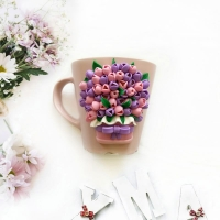 Кружка декорована полімерною глиною Cernit у вигляді різноманітних маленьких тюльпанчиків. Всі деталі покриті лаком, а сама композиція до кружки прикріплена з допомогою епоксидної смоли.  РОЗМІР керамічна кружка рожевого кольору об