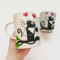 Кружка декорована, полімерною глиною Cernit, закоханими котиками. Всі деталі покриті лаком, а сама композиція до кружки прикріплена з допомогою епоксидної смоли. Керамічна кружка білого кольору об
