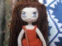 Куколка связана из хлопковой нити, волосы, одежда - акрил. Платье не снимается. Может стоять самостоятельно.Каркас из медной проволоки.