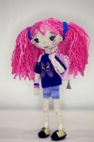 Каркасная кукла Люся с рюкзачком. Рост - 18 см. Внутри каркас из медной проволоки. Ручки ножки сгибаются. Коробка прилагается. Одежда не снимается.
