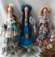 Кукла - тильда. Одна или пара - девушка с парнем. Могут быть в нарядах барышень, в национальных костюмах, в свадебном наряде. Интересные аксесуары: сумочки, шляпки, шали, бусы, другие украшения. Часть одежды снимается. Кукла служит украшением интерьера или игрушкой для ребенка.