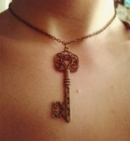 Кулон ключ.Его можно носить на шее,а потом снять  и  подарить любимому ))