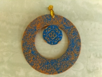 кулон ручной работы из полимерной глины без цепочки в восточном стиле. Рисунок выделен синей акриловой краской. Диаметр кулона 68 мм