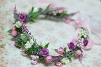 Веночек на голову выполнен в кремово-розово-сиреневых цветах, дополнен веточками лаванды. Красивое украшение для праздников, фотосессий, подружкам невесты. Размер венка регулируется репсовой лентой.