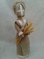 Для примера Срок изготовления:2 дня Мотанка отличается от обычной игрушки отсутствием лица. По старинным поверьям через лицо в куклу вселяется душа. А душа бывает доброй или злой.   У куклы-мотанки на лице крест в кругу – солярный знак. Все горизонтальные линии это символ женского начала, а все вертикальные – мужского.