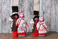 """Лялька """"Нерозлучники""""-це оберіг любові й вірності.Це символ єдності двох долей в одну.У ляльок одна спільна рука-символ єднання і того,що по життю вони йдуть рука об руку,всі справи,радості й біди ділячі навпіл.Сама ж лялечка-символ міцного мімецного союзу."""