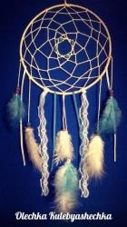 Ловец снов — индейский талисман, защищающий спящего от злых духов. Плохие сны запутываются в паутине, а хорошие проскальзывают сквозь отверстие в середине, так же ловец осуществляет хорошие сны.