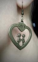 Серьги -сердечки с влюблёнными мальчиком и девочкой дарят романтическое настроение.