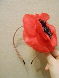 металлический обруч с цветком мака