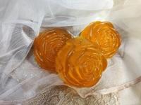 В составе мыла масло моркови, алое, макадамии, облипихи и масло абрикосовых косточек. В составе каждого кусочка столовая ложка меда. Прекрасно увлажняет и питает кожу. Имеет приятный не навязчивый запах.